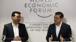 Ο πρωθυπουργός, Αλέξης Τσίπρας (Δ) με τον Πρωθυπουργό της ΠΓΔΜ Ζόραν Ζάεφ (Zoran Zaev) (Α) κάνουν δηλώσεις μετά την συνάντηση που είχαν, στο περιθώριο του Φόρουμ, την Τεταρτη 24 Ιανουαρίου 2018. Ο πρωθυπουργός, Αλέξης Τσίπρας, βρίσκεται στο Νταβός της Ελβετίας, για να συμμετάσχει στις εργασίες του Παγκοσμίου Οικονομικού Φόρουμ. ΑΠΕ-ΜΠΕ, ΓΡΑΦΕΙΟ ΤΥΠΟΥ ΠΡΩΘΥΠΟΥΡΓΟΥ, ΓΙΑΝΝΗΣ ΚΟΛΕΣΙΔΗΣ