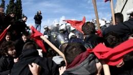 File Photo: Διαδηλωτές συγκρούονται με την αστυνομία στα σκαλοπάτια της Βουλής, κατά τη διάρκεια διαδήλωσης ενάντια στην ψήφιση του πολυνομοσχεδίου, Αθήνα Παρασκευή 12 Ιανουαρίου 2018. ΑΠΕ-ΜΠΕ, ΘΑΝΑΣΗΣ ΚΑΜΒΥΣΗΣ