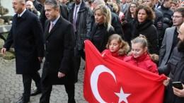 Φωτογραφία Αρχείου Turkish Foreign Minister Mevlut Cavusoglu (L) and German Foreign Minister Sigmar Gabriel (2-L) are accompanied by children holding a Turkish flag during a walk in Goslar, Germany. FILE PHOTO.  EPA/FOCKE STRANGMANN
