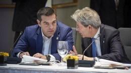 Ο πρωθυπουργός Αλέξης Τσίπρας (Α) συνομιλεί με τον πρωθυπουργό της Ιταλίας Πάολο Τζεντιλόνι (Δ) στην Άτυπη Σύνοδο Κορυφής της Ε.Ε., που διεξάγεται στις Βρυξέλλες, Παρασκευή 23 Φεβρουαρίου 2018. ΑΠΕ-ΜΠΕ, EU COUNCIL, Mario Salerno
