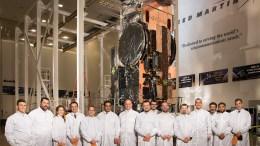 Στις εγκαταστάσεις της Lockheed Martin στο Σαν Φρανσίσκο, όπου ολοκληρώνεται η κατασκευή του δορυφόρου Hellas Sat 4, ο οποίος περνά σύντομα στο στάδιο των τελικών δοκιμών, προκειμένου να εκτοξευθεί στην ελληνική τροχιακή θέση πριν το τέλος του χρόνου. Πηγή: Υπουργείο Ψηφιακής Πολιτικής, Τηλεπικοινωνιών και Ενημέρωσης