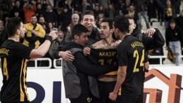 Οι παίκτες της ΑΕΚ πανηγυρίζουν το δεύτερο γκολ που πέτυχαν κατά τη διάρκεια του αγώνα ΑΕΚ - Ολυμπιακός για το Κύπελλο Ελλάδος στο ΟΑΚΑ την Τετάρτη 7 Φεβρουαρίου 2018. ΑΠΕ-ΜΠΕ, ΓΕΩΡΓΙΑ ΠΑΝΑΓΟΠΟΥΛΟΥ