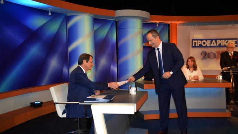 O πρόεδρος Αναστασιάδης έστειλε έγγραφα στο υποψήφιο Σταύρο Μαλά σχετικά με τους χειρισμούς του στο Κυπριακό , σε απάντηση των ισχυρισμών του υποψηφίου προέδρου, κατά τη διάρκεια του τηλεοπτικού διαλόγου.  ΑΠΕ ΜΠΕ/ΑΠΕ ΜΠΕ/STR