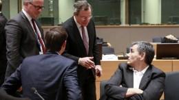 Μάριο Ντράγκι και Ευκλείδης Τσακαλώτος συνομιλούν πριν τη σύγκρουσή τους στη συνεδρίαση EPA, OLIVIER HOSLET