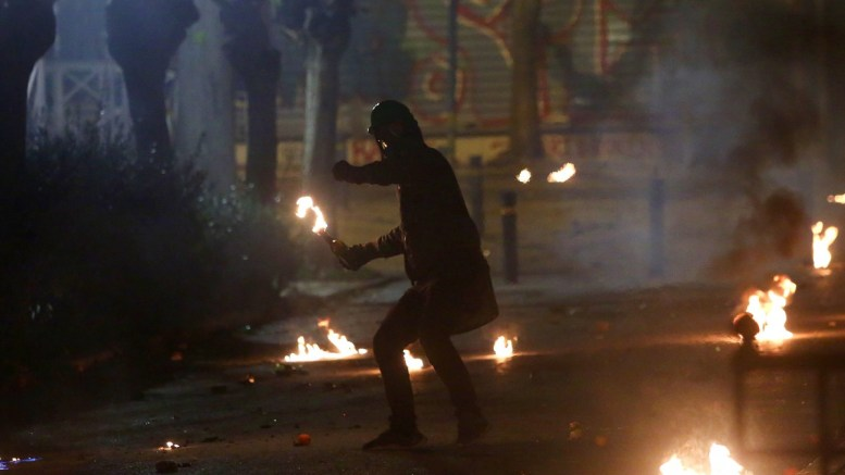 File Photo: Κουκουλοφόρος πετάει βόμβα μολότοφ σε άντρες των ΜΑΤ στα Εξάρχεια. ΑΠΕ-ΜΠΕ, ΟΡΕΣΤΗΣ ΠΑΝΑΓΙΩΤΟΥ