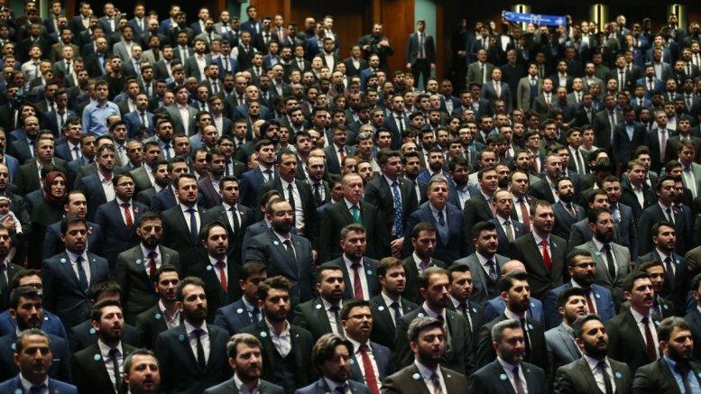 """Μία απίστευτη φωτογραφία. Ο Ταγίπ Ερντογάν με τον ...""""στρατό"""" του, τα μέλη του AKP. Φωτογραφία Τουρκική Προεδρία"""