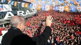Ο πρόεδρος της Τουρκίας Ταγίπ Ερντογάν ομιλεί στους φανατικούς οπαδούς του. Φωτογραφία ΤΟΥΡΚΙΚΗ ΠΡΟΕΔΡΙΑ