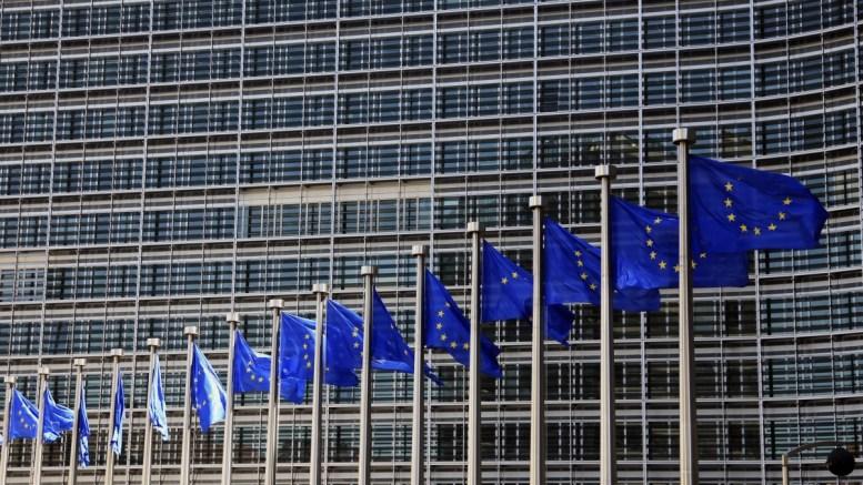 File Photo: Σημαίες τις ΕΕ έξω από το κτίριο της Ένωσης στις Βρυξέλλες EPA, OLIVIER HOSLET