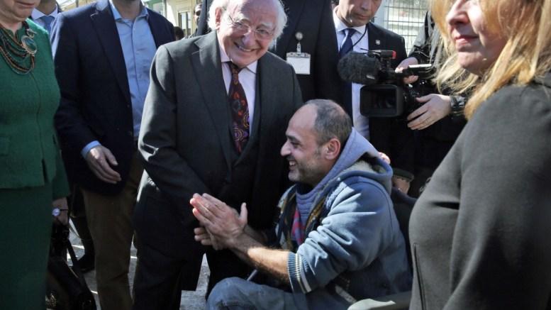 Ο Πρόεδρος της Ιρλανδίας Michael D. Higgins (Κ) και η σύζυγός του Sabina Coyne (Α) μιλούν με έναν πρόσφυγα σε αναπηρικό αμαξίδιο κατά την επίσκεψή τους στην Ανοιχτή Δομή Φιλοξενίας Προσφύγων του Ελαιώνα, Σάββατο 24 Φεβρουαρίου 2018. ΑΠΕ-ΜΠΕ, ΣΥΜΕΛΑ ΠΑΝΤΖΑΡΤΖΗ