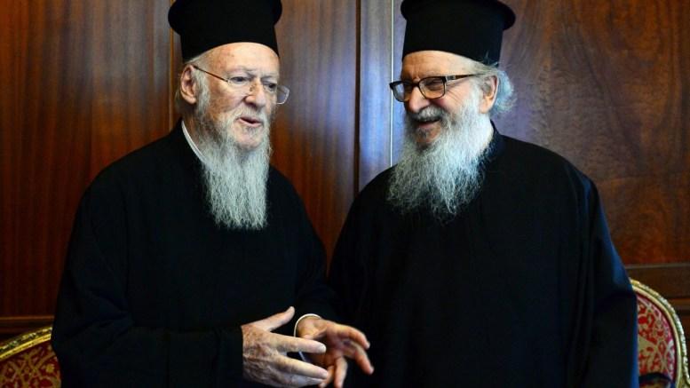 Ο Οικουμενικός Πατριάρχης Βαρθολομαίος (Α) συνομιλεί με τον Αρχιεπίσκοπο Αμερικής Δημήτριο (Δ).  7 Φεβρουαρίου 2018. ΑΠΕ-ΜΠΕ, ΔΗΜΗΤΡΗΣ ΠΑΝΑΓΟΣ