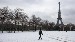 Snow blankets the Champs de Mars parc in front of the Eiffel Tower in Paris, France, 05 February 2018. Temperatures dropped with snow flurries around the capital. EPA/IAN LANGSDON