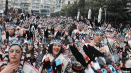 Χιλιάδες μασκαράδες συμμετείχαν στην κεντρική παρέλαση αρμάτων και πληρωμάτων στις εκδηλώσεις του Πατρινού Καρναβαλιού για το 2018, κατακλύζοντας τους δρόμους της Πάτρας, Κυριακή 18 Φεβρουαρίου 2018. ΑΠΕ-ΜΠΕ, ΓΙΩΤΑ ΚΟΡΜΠΑΚΗ