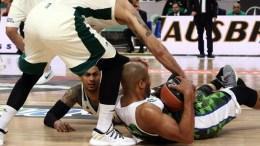 Ο παίκτης του ΠΑΟ Νίκος Παππάς μάχεται για τη μπάλα με τον παίκτη του Φάρου, κατά τη διάρκεια του αγώνα ΠΑΝΑΘΗΝΑΪΚΟΣ -ΦΑΡΟΣ στο ΟΑΚΑ για το Πρωτάθλημα Basket League - ΑΠΕ-ΜΠΕ, ΠΑΝΑΓΙΩΤΗΣ ΜΟΣΧΑΝΔΡΕΟΥ