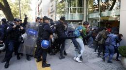 Στιγμιότυπο από παλαιότερη διαδήλωση μπροστά από την Εφορία.  Φωτογραφία ΚΥΠΕ