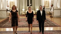File Photo: O πρωθυπουργός Αλέξης Τσίπρας (Δ) με την σύντροφό του, Μπέτυ Μπαζιάνα (Κ), κατά την άφιξή τους στο επίσημο δείπνο στο Προεδρικό Μέγαρο. ΑΠΕ-ΜΠΕ, ΓΡΑΦΕΙΟ ΤΥΠΟΥ ΠΡΩΘΥΠΟΥΡΓΟΥ, Στέλιος Μισίνας