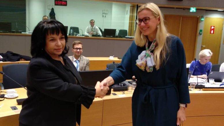 Η υπουργός ενέργειας της Βουλγαρίας (Δ) παραιτήθηκε λόγω κατηγοριών διαφθοράς στην πώληση της CEZ Bulgaria που είναι ο διανομέας του ηλεκτρικού ρεύματος στη Σόφια. Photo via Twitter (@EU2018BG)