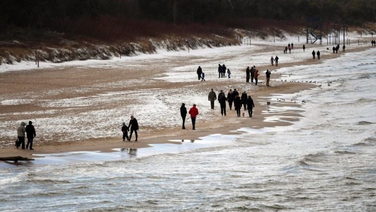 Παρότι τις ώρες της ημέρας που ήταν ηλιόλουστη άνθρωποι περπατούσαν στην παραλία Miedzyzdroje, στην Πολωνία, το βράδυ  πέθαναν δύο άνθρωποι διότι η θερμοκρασία έπεσε στους -12 βαθμούς C.  25 February 2018. EPA, MARCIN BIELECKI POLAND OUT