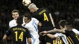 Ο παίκτης της ΑΕΚ Ognen Vranjes (Κ-ΠΑΝΩ) κάνει κεφαλιά ανάμεσα στους παίκτες της Ντιναμό Κιέβου κατά τη διάρκεια του αγώνα της ΑΕΚ με την Ντιναμό Κιέβου για την φάση των «32» του Europa League, στο ΟΑΚΑ, Πέμπτη 15 Φεβρουαρίου 2018. ΑΠΕ-ΜΠΕ/ΑΠΕ-ΜΠΕ/ΓΕΩΡΓΙΑ ΠΑΝΑΓΟΠΟΥΛΟΥ