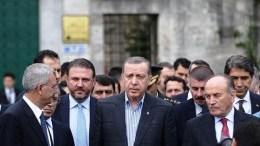 Ο σύμβουλος του Ερντογάμ Γιγίτ Μπουλούτ δίπλα στον σουλτάνο. Φωτογραφία via Twitter, @yigitbulutt