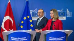 Ο Το'ύρκος ΥΠΕΞ Μεβλούτ Τσαβούσογλου και η επικεφαλής εξωτερικών υποθέσεων της ΕΕ Φεντερίκα Μογκερίνι. Φωτογραφία Αρχείου ΚΥΠΕ.