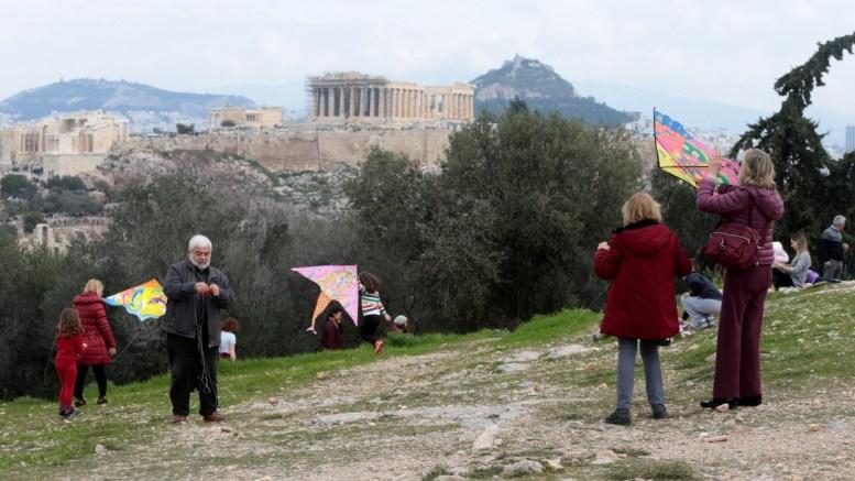 Κάτοικοι της Αθήνας πετάνε χαρταετό στο λόφο του Φιλοπάππου , Καθαρή Δευτέρα 19 Φεβρουαρίου 2018. Αρκετοί κάτοικοι της Αθήνας ανέβηκαν στο λόφο της Πνύκας και του Φιλοπάππου για το παραδοσιακό πέταγμα του Χαρταετού, γιορτάζοντας την Καθαρή Δευτέρα με καλλιτεχνικές εκδηλώσεις που είχε προγραμματίσει ο Δήμος της Αθήνας. ΑΠΕ-ΜΠΕ, Παντελής Σαίτας