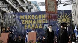 """Μοναχοί του Αγίου Όρους στο συλλαλητήριο για την ονομασία των Σκοπίων, προκειμένου να μην υπάρχει ο όρος """"Μακεδονία"""" στην ονομασία της γειτονικής χώρας, στην πλατεία Συντάγματος, Αθήνα, Κυριακή 4 Φεβρουαρίου 2018. ΑΠΕ-ΜΠΕ, AΛΕΞΑΝΔΡΟΣ ΒΛΑΧΟΣ"""