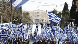 """Χιλιάδες πολίτες από όλη την Ελλάδα συμμετέχουν με πανό και ελληνικές σημαίες στο συλλαλητήριο για την ονομασία των Σκοπίων, προκειμένου να μην υπάρχει ο όρος """"Μακεδονία"""" στην ονομασία της γειτονικής χώρας, στην πλατεία Συντάγματος, Αθήνα, Κυριακή 4 Φεβρουαρίου 2018. ΑΠΕ-ΜΠΕ/ ΑΛΕΞΑΝΔΡΟΣ ΒΛΑΧΟΣ"""