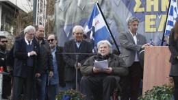 """Ο συνθέτης, Μίκης Θεοδωράκης (2Δ), μιλάει στο συλλαλητήριο για την ονομασία των Σκοπίων, προκειμένου να μην υπάρχει ο όρος """"Μακεδονία"""" στην ονομασία της γειτονικής χώρας, στην πλατεία Συντάγματος, Αθήνα, Κυριακή 4 Φεβρουαρίου 2018. ΑΠΕ-ΜΠΕ/ ΑΛΕΞΑΝΔΡΟΣ ΒΛΑΧΟΣ"""