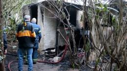 Πυροσβέστες και αστυνομικοί εξετάζουν αποθήκη στον Κολωνό στην οποία εκδηλώθηκε πυρκαγιά το πρωί , Τρίτη 13 Φεβρουαρίου 2018. Ένας νεκρός άνδρας εντοπίστηκε σε αποθήκη που τυλίχθηκε στις φλόγες σε πάρκο στη συμβολή των οδών Ιωαννίνων και Καπανέως στον Κολωνό. ΑΠΕ-ΜΠΕ, Παντελής Σαίτας