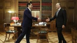 Ο πρωθυπουργός Αλέξης Τσίπρας (Α) ανταλλάσει χειραψία με τον ευρωπαίο Επίτροπο, αρμόδιο για τις Οικονομικές και τις Δημοσιονομικές Υποθέσεις, την Φορολογία και Τελωνεία, Pierre Moscovici (Δ), στο γραφείο του στο Μέγαρο Μαξίμου, Αθήνα Πέμπτη 8 Φεβρουαρίου 2018. ΑΠΕ-ΜΠΕ, ΓΙΑΝΝΗΣ ΚΟΛΕΣΙΔΗΣ