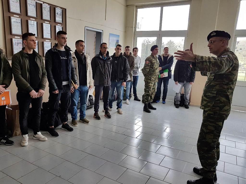Ο Αρχηγός ΓΕΣ υποδέχεται νεοσύλλεκτους: Κάτι αλλάζει στο στρατό της Ελλάδας…