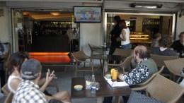 File Photo: Πολίτες παρακολουθούν  τηλεόραση. ΑΠΕ-ΜΠΕ, ΑΛΕΞΑΝΔΡΟΣ ΒΛΑΧΟΣ