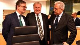 File Photo: Ο Ευρωπαίος επίτροπος αρμόδιος για τη Μετανάστευση, τις Εσωτερικές Υποθέσεις και την Ιθαγένεια, Δημήτρης Αβραμόπουλος (Δ), συνομιλεί με τον Πρόεδρο της Ευρωπαϊκής Επιτροπής των Περιφερειών (ΕτΠ), Karl-Heinz Lambertz (Κ). ΑΠΕ ΜΠΕ, European Union/FRED GUERDIN