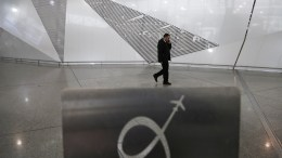 File Photo: Ένας άντρας περπατάει  αεροδρόμιο Ελευθέριος Βενιζέλος. ΑΠΕ-ΜΠΕ, ΓΙΑΝΝΗΣ ΚΟΛΕΣΙΔΗΣ