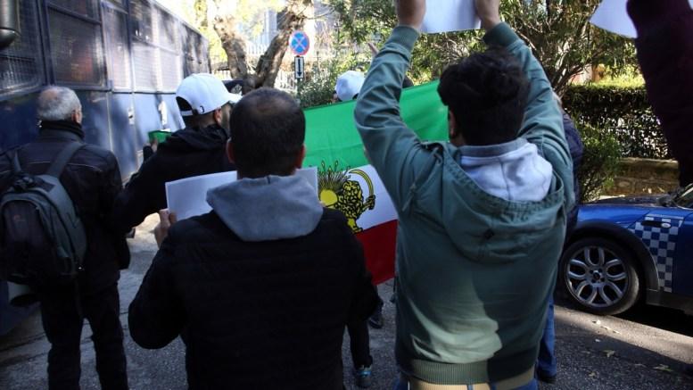 File Photo: Διαδηλωτές Ιρανικής καταγωγής, διαδηλώνουν έξω από την πρεσβεία του Ιραν στην Αθήνα. ΑΠΕ – ΜΠΕ, Αλέξανδρος Μπελτές