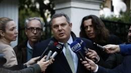 Ο πρόεδρος των Α. ΕΛ. και υπουργός Εθνικής Άμυνας Πάνος Καμμένος (Κ) μιλάει στα μέσα μαζικής ενημέρωσης μετά την έξοδό του από το Μέγαρο Μαξίμου όπου είχε συνάντηση με τον πρωθυπουργό Αλέξη Τσίπρα, για να συζητήσουν τις τελευταίες εξελίξεις σχετικά με την κράτηση των δύο Ελλήνων στρατιωτών, Τρίτη 20 Μαρτίου 2018. ΑΠΕ ΜΠΕ, Γιάννης Κολεσίδης
