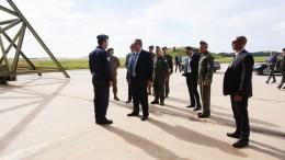 Στιγμιότυπο από την επίσκεψη του υπουργού Άμυνας Πάνου Καμμένου στο Αεροδρόμιο της Πάφου. Φωτογραφία ΥΠΕΘΑ