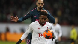 Jefferson Farfan (front) of Lokomotiv Moscow in action against Juanfran of Atletico Madrid during the UEFA Europe League soccer match between Lokomotiv Moscow and Atletico Madrid in Moscow, Russia, 15 March 2018. EPA, YURI KOCHETKOV