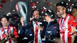 File Photo: Οι παίκτες του Ολυμπιακού και ο Βαγγέλης Μαρινάκης πανηγυρίζουν κατά τη διάρκεια της τελετής απονομής του πρωταθλήματος της Σούπερ Λίγκα 2017 στο γήπεδο Γ. Καραϊσκάκης. ΑΠΕ-ΜΠΕ, ΠΑΝΑΓΙΩΤΗΣ ΜΟΣΧΑΝΔΡΕΟΥ