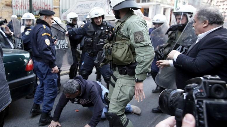 Ένταση μεταξύ αστυνομικών και διαδηλωτών κατά τη διάρκεια διαμαρτυρίας κατά των ηλεκτρονικών πλειστηριασμών έξω από συμβολαιογραφικό γραφείο στο κέντρο της Αθήνας, Τετάρτη 14 Μαρτίου 2018. ΑΠΕ-ΜΠΕ, ΣΥΜΕΛΑ ΠΑΝΤΖΑΡΤΖΗ