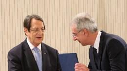 Ο Πρόεδρος της Δημοκρατίας κ. Νίκος Αναστασιάδης παραδίδει στον Κυβερνητικό Εκπρόσωπο κ. Πρόδρομο Προδρόμου την πράξη διορισμού του. Λευκωσία 1 Μαρτίου ΓΤΠ, Χ.ΑΒΡΑΑΜΙΔΗΣ, ΚΥΠΕ