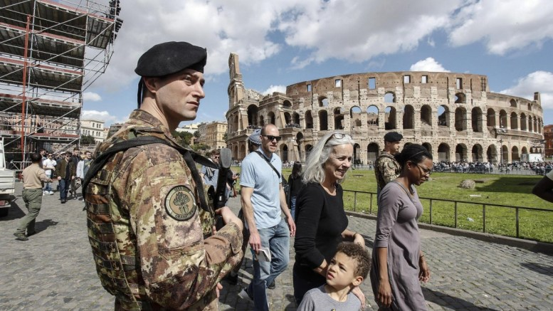 Italian soldiers patrol next to the Arch of Costantine in central Rome, Italy, 29 March 2018. Italian Interior Minister Marco Minniti called for an ulterior reinforcement of security checks at crowded places during the Easter holidays. EPA, GIUSEPPE LAMI