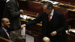 File Photo: Ο πρώην πρωθυπουργός Αντώνης Σαμαράς σε ψηφοφορία στη Βουλή. ΑΠΕ-ΜΠΕ, Αλέξανδρος Βλάχος