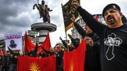 Σκοπιανοί διαδηλώνουν ζητώντας να σταματήσουν οι διαπραγματεύσεις για την αλλαγή του ονόματος. EPA,GEORGI LICOVSKI