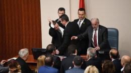 Οι εικόνες στο Κοινοβούλιο των Σκοπίων σχολιάστηκαν αρνητικά από Ευρωπαίους διπλωματες. EPA, GEORGI LICOVSKI