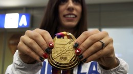 File Photo: Η Κατερίνα Στεφανίδη κρατώντας χρυσό μετάλλιο από προηγούμενους αγώνες ΑΠΕ-ΜΠΕ, ΣΥΜΕΛΑ ΠΑΝΤΖΑΡΤΖΗ