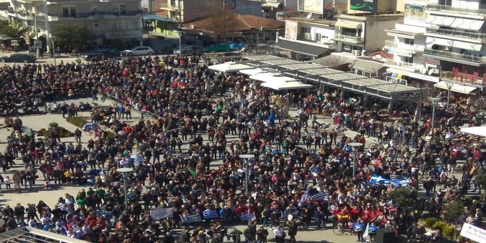 Από τη συγκέντρωση στην κεντρική πλατεία Ορεστιάδας για τους δύο Έλληνες στρατιωτικούς. Φωτογραφία evros-news.gr,  Πάρης Δουλούδης