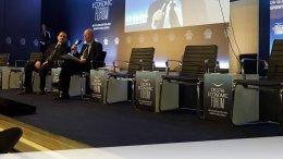 Ο πρώην πρωθυπουργός Κώστας Σημίτης με τον δημοσιογράφο Παύλο Τσίμα. Φωτογραφία via Delphi Forum