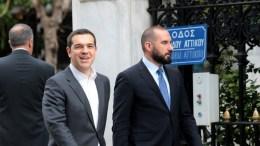 Ο πρωθυπουργός Αλέξης Τσίπρας φθάνει στο Προεδρικό Μέγαρο , συνοδευόμενος από τον υπουργό Επικρατείας και Κυβερνητικό Εκπρόσωπο Δημήτριο Τζανακόπουλο. ΑΠΕ-ΜΠΕ, Παντελής Σαίτας