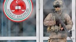File Photo: Μέλος της τουρκικής στρατοχωροφυλακής, έξω από κτίριο δικαστηρίων EPA, TOLGA BOZOGLU